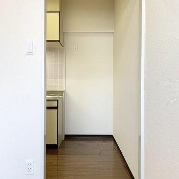 正面には冷蔵庫置場。(※写真は3階の同間取り別部屋のものです)