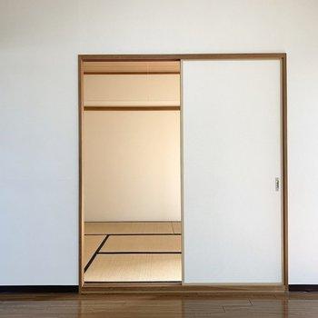 洋室のお隣には和室が。(※写真は3階の同間取り別部屋のものです)