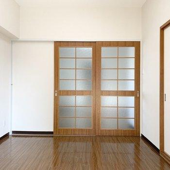 南側の洋室。(※写真は3階の同間取り別部屋のものです)