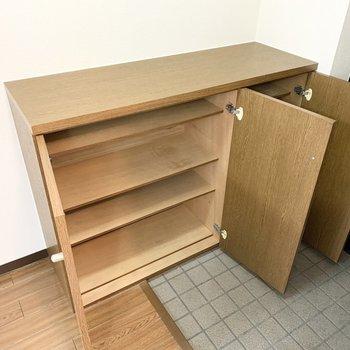 3枚扉のシューズボックスは可動棚で容量たっぷり。(※写真は3階の同間取り別部屋のものです)