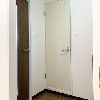 トイレは脱衣所のお向かいに。(※写真は3階の同間取り別部屋のものです)