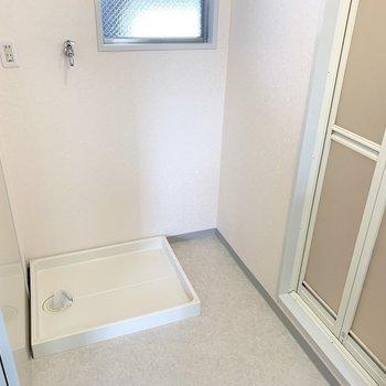 お向かいに洗濯機置場。窓も付いています。(※写真は3階の同間取り別部屋のものです)
