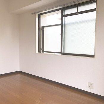 【洋室6帖】窓が2つあるので風通しがいいですよ。