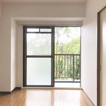 【洋室6帖】掃き出し窓から見える緑が◎
