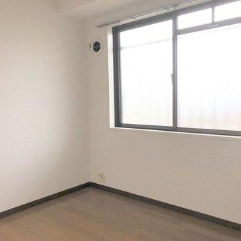 【洋室4.5帖】こちらのお部屋は書斎にしてもいいですね。