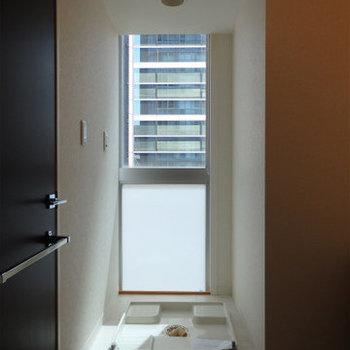 洗濯機置き場にも窓。とにかく明るい部屋※写真は9階の同間取りのもの