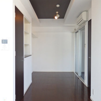 居室奥にはスポットライト※写真は9階の同間取りのもの
