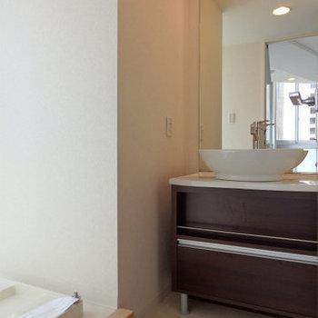 丸型の洗面台が素敵。※写真は9階の同間取りのもの