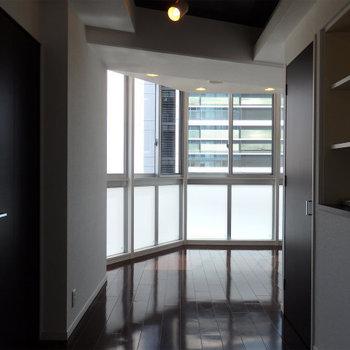 室内奥からのアングル※写真は9階の同間取りのもの