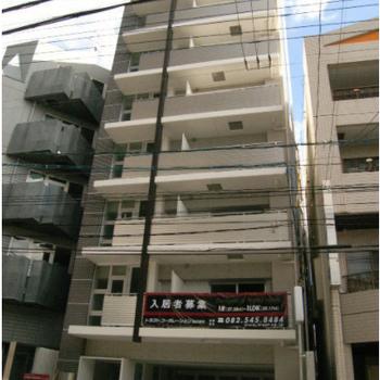 1階は駐車場になっています。自動販売機も設置されました。