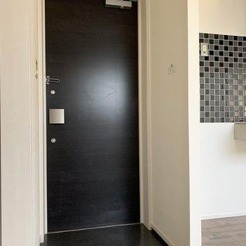 玄関は黒色。隣のキッチンタイルとマッチしています。