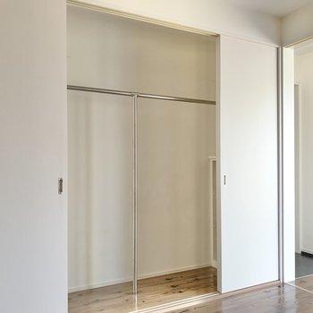 洋室の収納は引き戸で仕切られます。