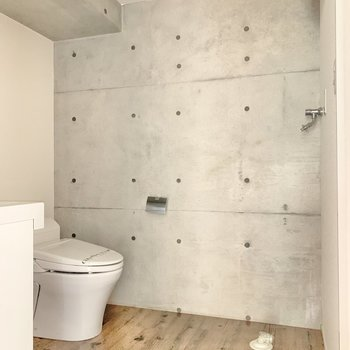 サニタリールームももちろん、コンクリ!洗濯機置き場はトイレの前です。