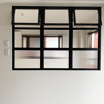 室内窓にカーテンレールもついてます◎