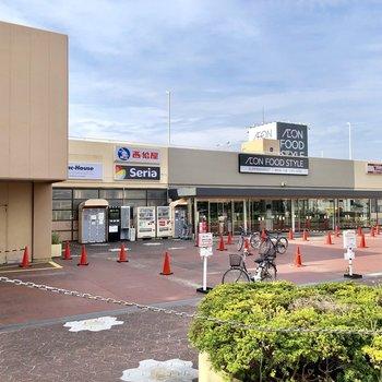 駅までの通りにはスーパーがありました。帰りに寄って帰れますね