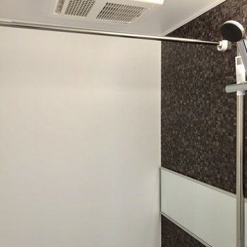 浴室乾燥機付きで、さらにシャワーの高さも調節できるんです