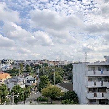 窓からは住宅街が見えます