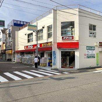 駅前は落ち着いた雰囲気。奥には商店街が続いています