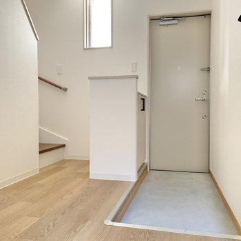玄関はゆとりあり。一部コンクリ調なのが土間っぽくて格好良い!◯