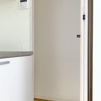 キッチン隣に収納発見!調味料やお野菜の保管場所にできそうです。