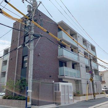 静かな住宅街にある、横長さんの外観。
