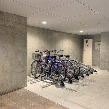 駐輪場は建物の中なので、雨でも安心◎