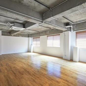 白い壁と木目の床の安心感
