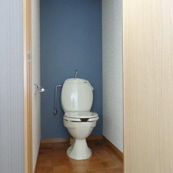 ブルーのクロスにまぁるいトイレがキュート♪