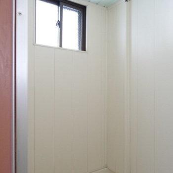 換気扇はないけれど、高い位置に窓があるので外の視線を気にせず安心して換気ができる。