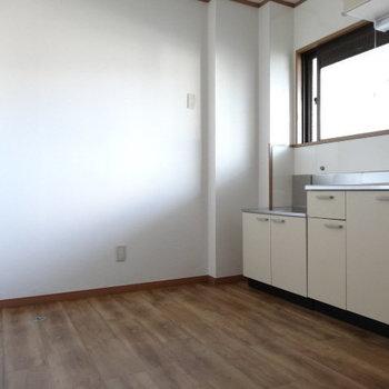 こちら側に冷蔵庫置けそう!キッチン後ろに洗濯機置場。