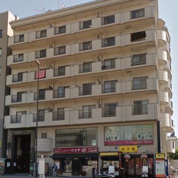 飲食店が1階に入った日赤通り沿いの建物。