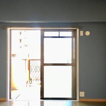 引き扉の奥の洋室。ブルークロスが映えます。