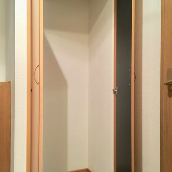 廊下の収納スペース。掃除道具などはこちらへ。