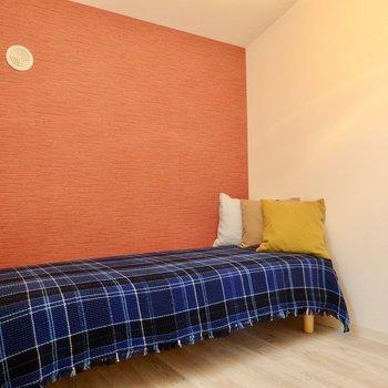 寝室はベッドだけかな。※写真は2階の反転間取り別部屋のものです