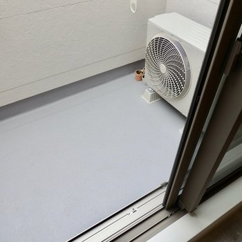 ベランダはややコンパクト。※写真は2階の反転間取り別部屋のものです