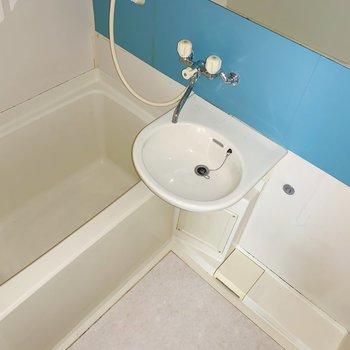 青い扉は、実はお風呂。バスタイムが楽しくなりそう。(※写真はフラッシュ撮影をしています)