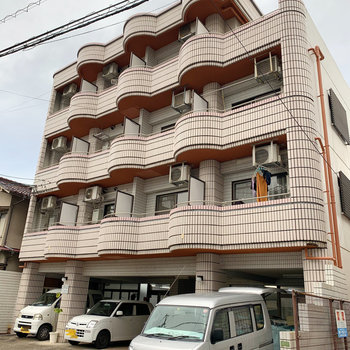 1階には企業が入るマンション。