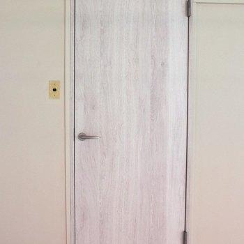 【洋間6.5帖】入口の白い木目ドア