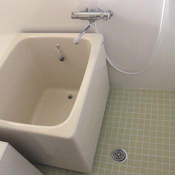 床のタイルもうぐいす色のお風呂
