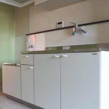 白基調のキッチン