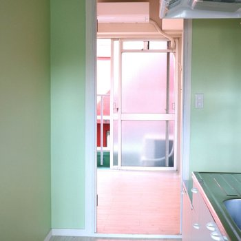 玄関を入ると目に飛び込んでくるうぐいす色の壁