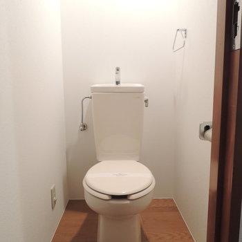 トイレはシンプル。収納を増やしてみるとgood♪※写真は4階の反転間取り別部屋のものです
