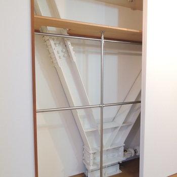 収納はここに。置き方に工夫がいるかも ※写真は4階の反転間取り別部屋のものです