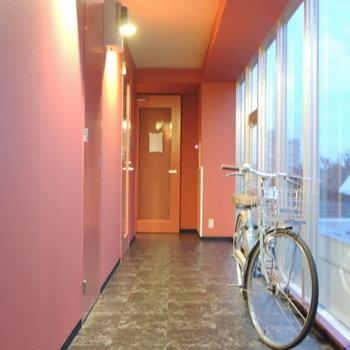 廊下も赤で統一感が◎