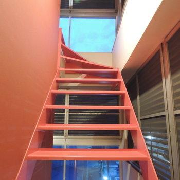 登りたくなるような赤い階段