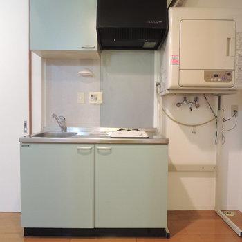 キッチンは可愛い色でまとまってます※写真は4階の反転間取り別部屋のものです