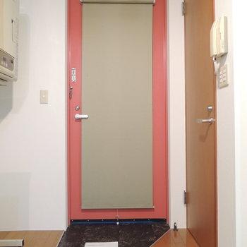 玄関は開放的。ちいさなくつ箱を用意してみて※写真は4階の反転間取り別部屋のものです