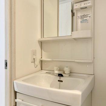 歯ブラシやコップの置き場には困りませんね。※写真は4階の同間取り別部屋のものです
