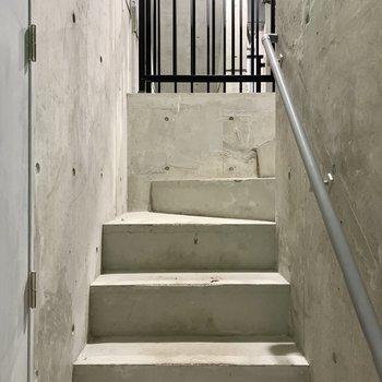 5階までは階段を上って。
