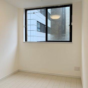 窓からの光と天井の照明で明るさは◎※写真は4階の同間取り別部屋のものです